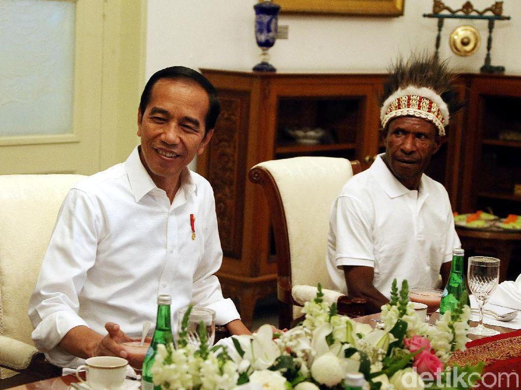 Momen Jokowi Makan Siang Bareng Warga Papua