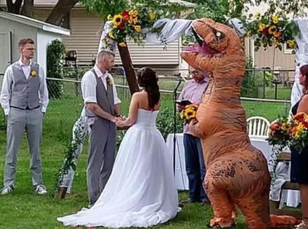 Jadi Bridesmaid, Wanita Ini Viral karena Dandan Ajaib Pakai Kostum T-Rex