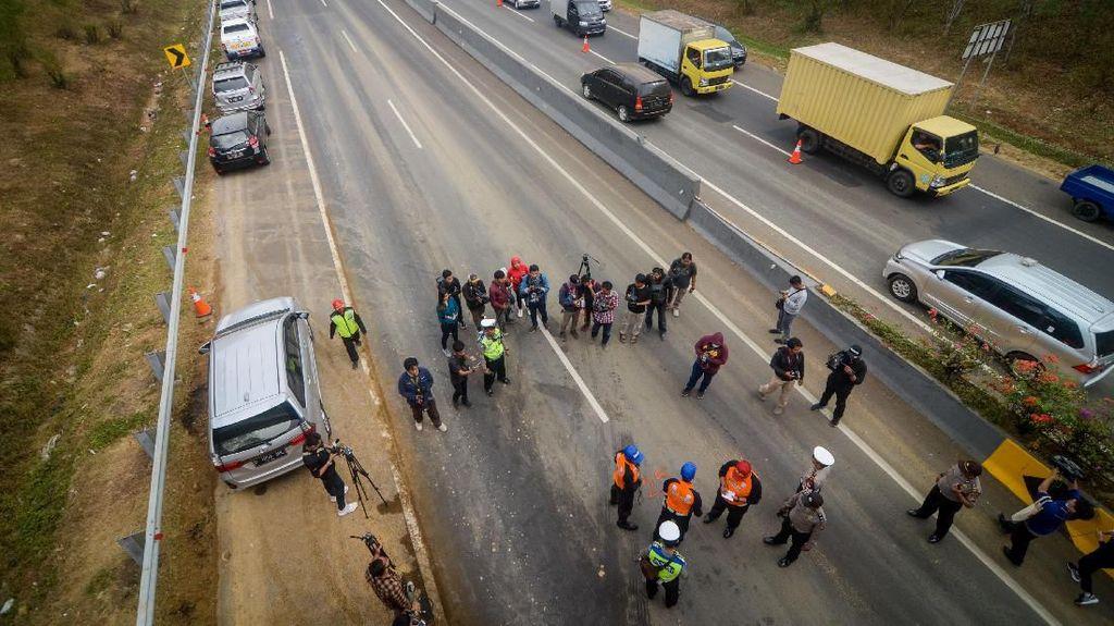 Suasana Olah TKP Pascatabrakan Beruntun di Tol Cipularang