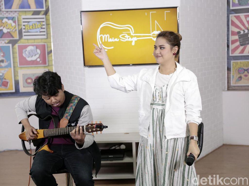 Nyanyi Bersama Mytha Lestari di Main Stage detikHOT