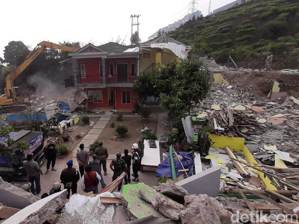 Rumah di Puncak Kena Bongkar, Wanita Ini Ancam Lompat dari Lantai 2