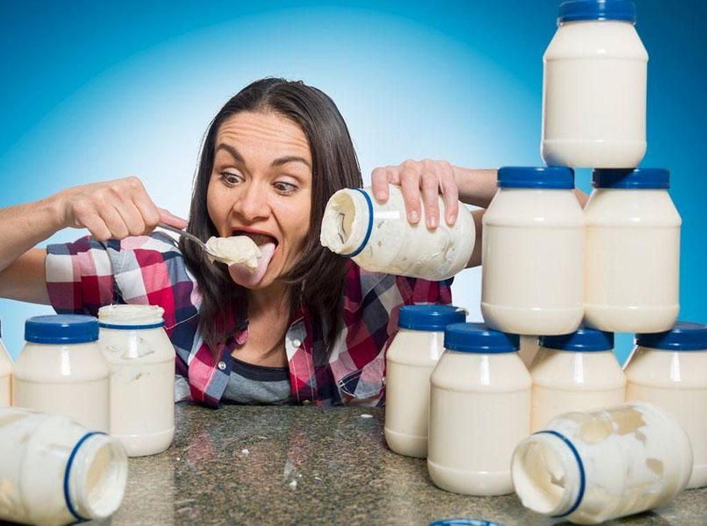 Pecahkan Rekor Dunia, Wanita Ini Habiskan 3 Stoples Mayonnaise dalam 3 Menit!