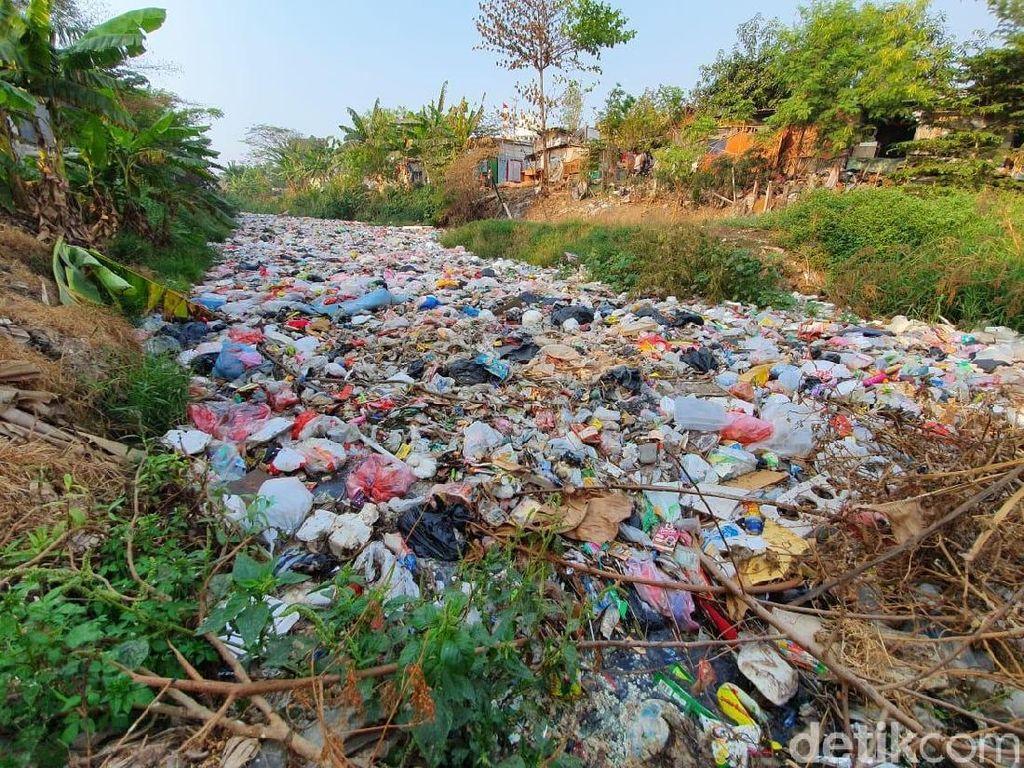 Melihat Lebih Dekat Lautan Sampah di Kali Jambe Bekasi