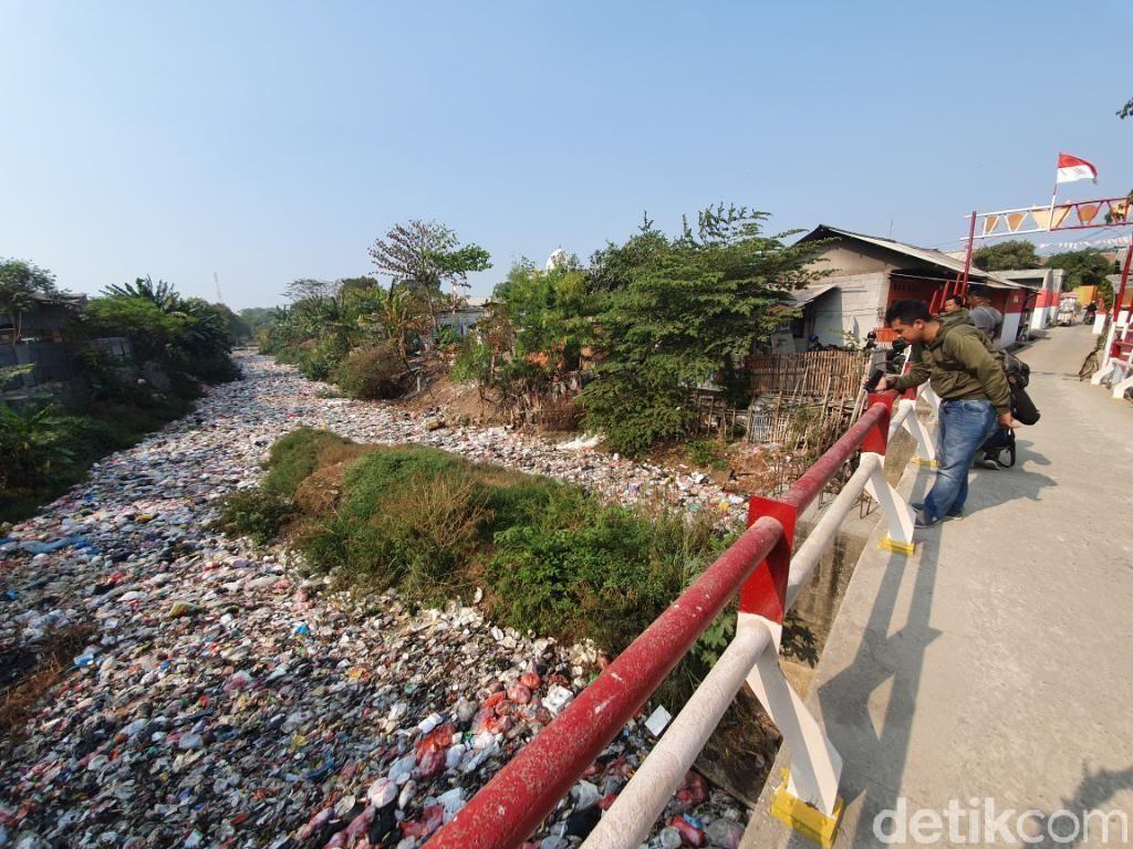 Lautan Sampah Terhampar di Kali Jambe Bekasi