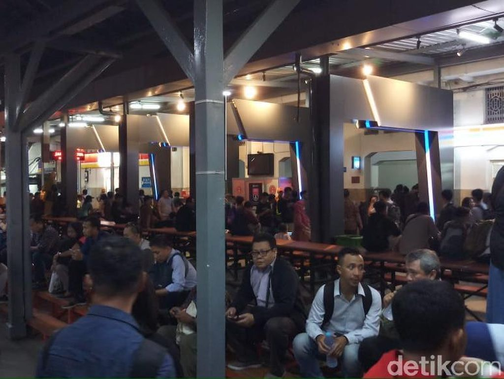 Penumpang Keluhkan KRL Sempat Terganggu Tawuran di Manggarai