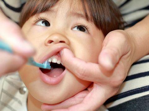 4 Cara Menyikat Gigi Bayi Tanpa Membuatnya Menangis