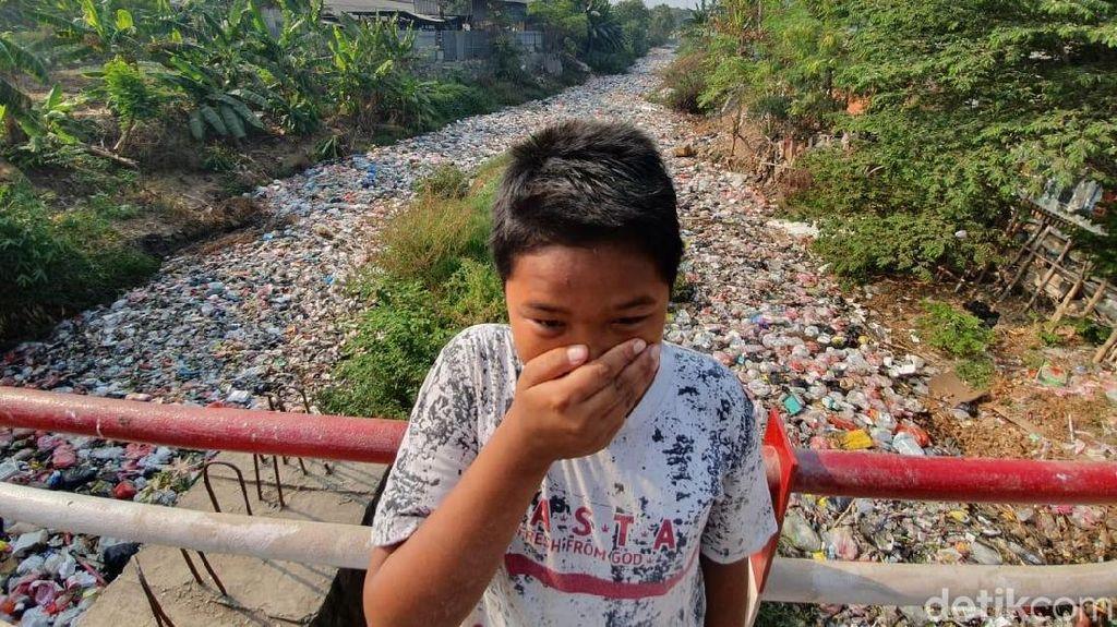 Potret Menjijikkan Lautan Sampah di Kali Jambe Bekasi