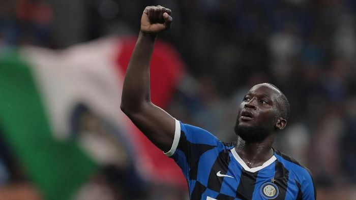 Striker Inter Milan, Romelu Lukaku, melawan rasisme di Italia. (Foto: Emilio Andreoli/Getty Images)
