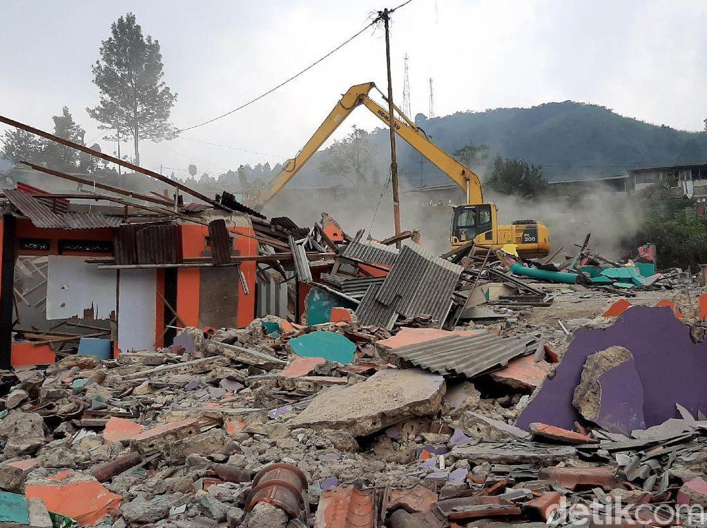 Bangunan Liar di Puncak Dibongkar Usai Aksi Bakar Ban