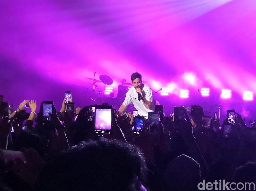 Mike Shinoda Rayakan Ulang Tahun Kru di Atas Panggung