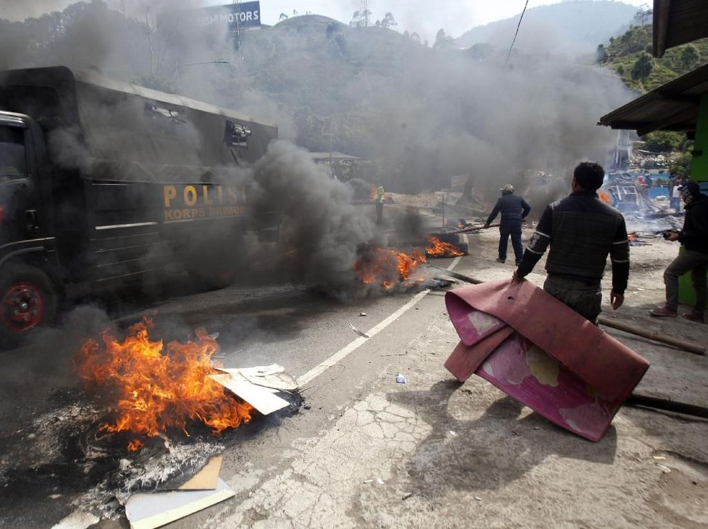 Satpol PP Mulai Bongkar Bangunan Usai Warga Bakar Ban di Puncak Bogor