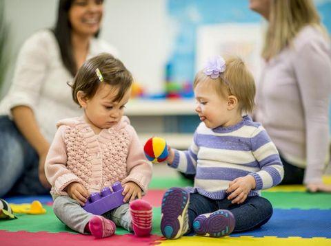 Ucapan Orang Tua Agar Anak Belajar Berbagi Mainan