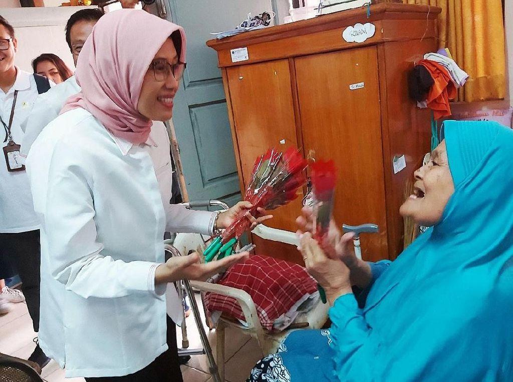 Senyum Pelanggan PLN di Panti Werda Tresna Budi