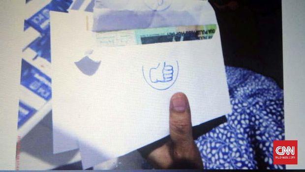 Jaksa Penuntut Umum (JPU) pada Komisi Pemberantasan Korupsi (KPK) mengkonfirmasi barang bukti berupa amplop yang terdapat bubuhan cap jempol kepada saksi Direktur PT Inersia Ampak Engineering (IAE) M. Indung Andriani. Amplop tersebut berisi uang senilai Rp8 miliar yang hendak digunakan terdakwa Anggota Komisi VI DPR RI Bowo Sidik Pangarso untuk serangan fajar Pileg 2019 dapil Jawa Tengah II.