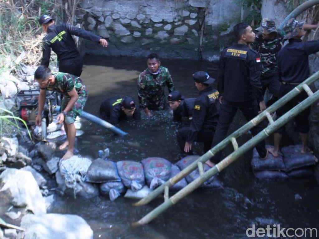 Penyelam TNI Cor 8 Lubang Siluman yang Kotori Citarum