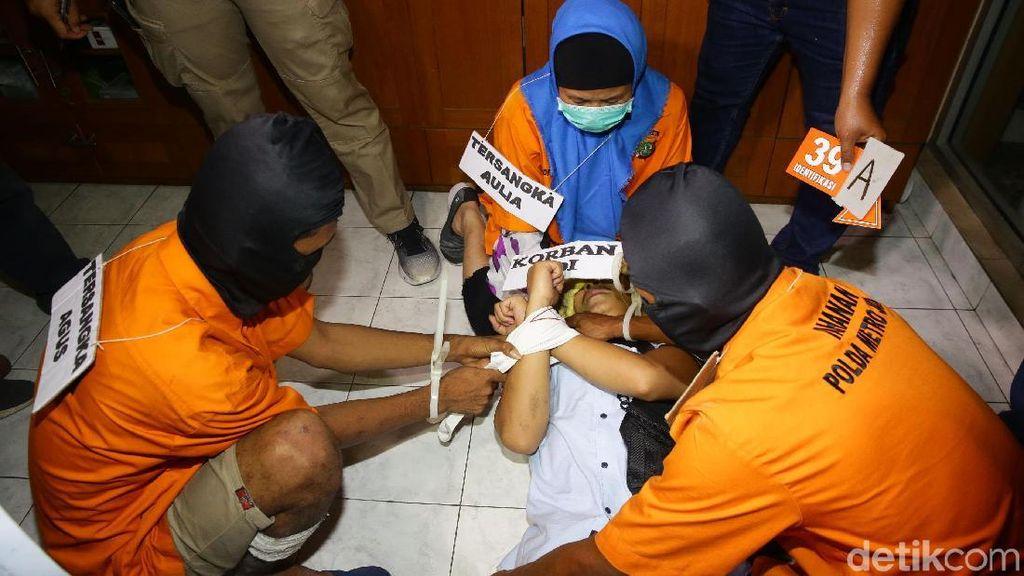 Reka Ulang Detik-detik Aulia Kesuma Bunuh Suami-Anak Tiri