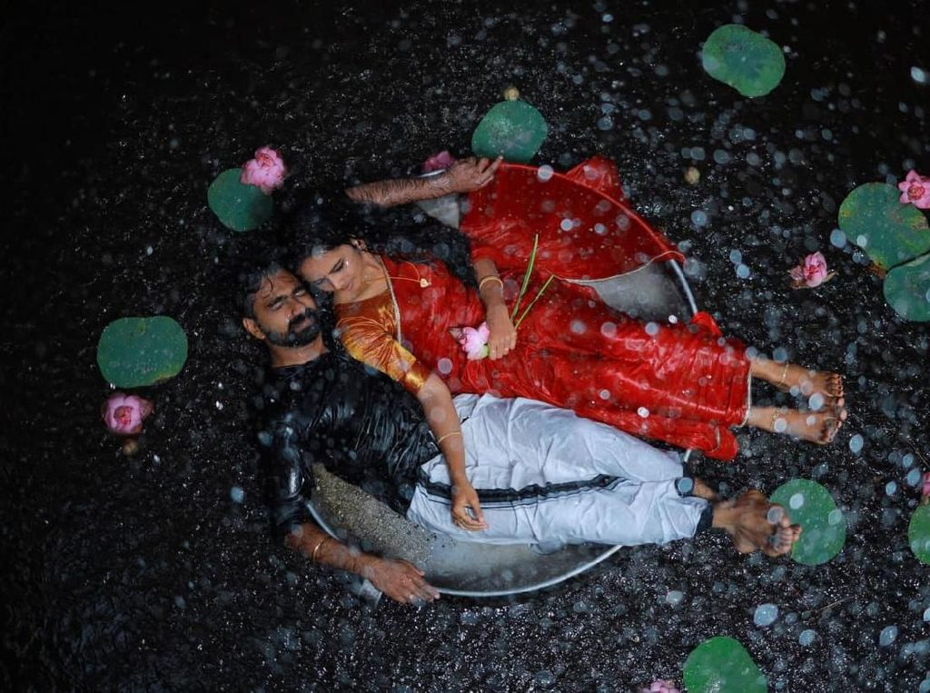 Viral Pasangan Pengantin Pemotretan di Kubangan Air, Fotonya Bikin Takjub