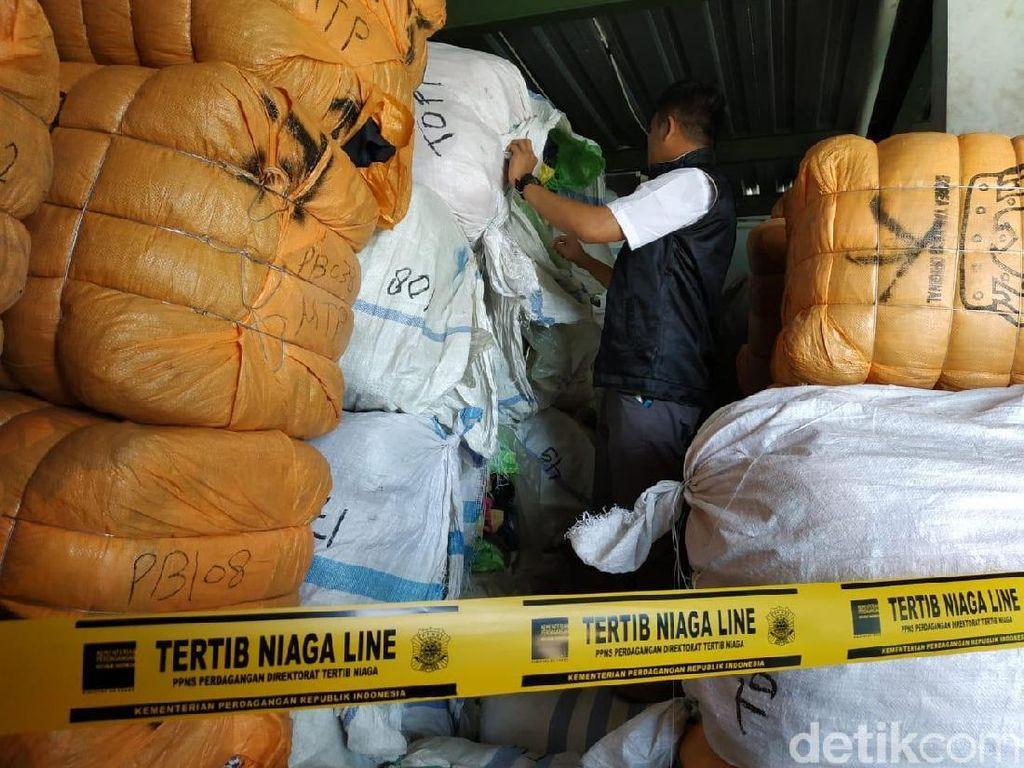 Kemendag Sita 551 Bal Pakaian Impor Bekas di Bandung