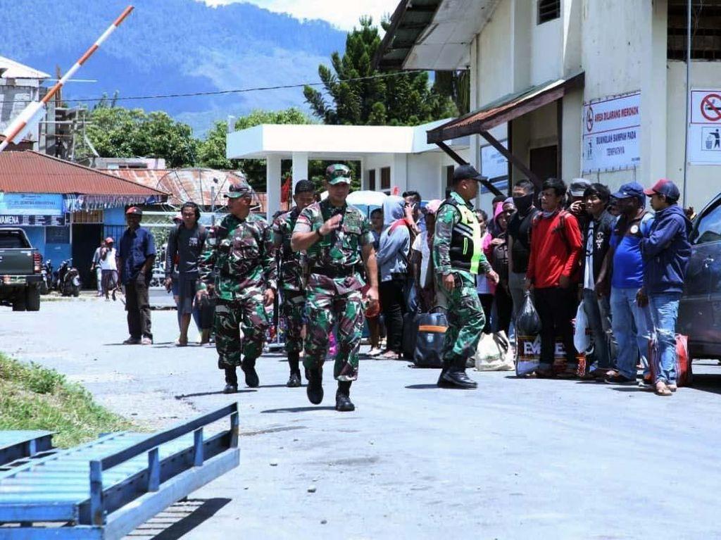TNI-Warga Gotong Royong Bersihkan Sisa-sisa Kerusuhan Wamena