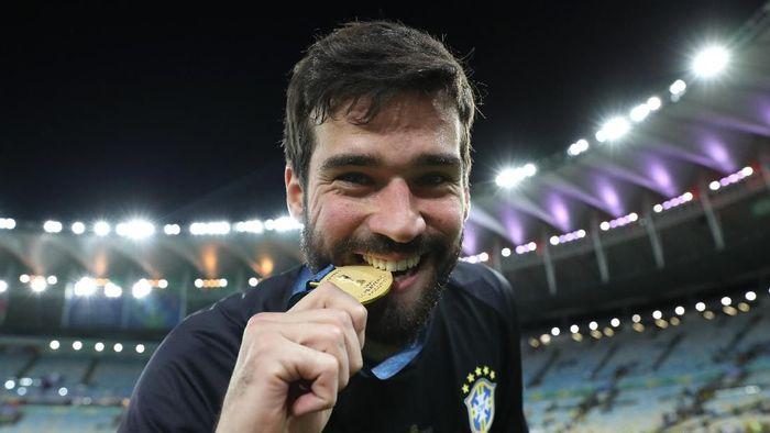 Alisson Becker dijagokan memenangi penghargaan Kiper Terbaik FIFA. Foto: Buda Mendes / Getty Images