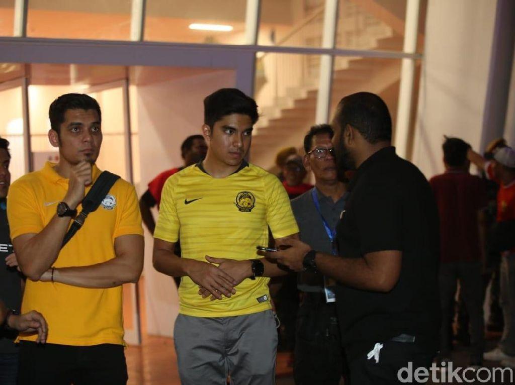 Ricuh Berlanjut, Suporter dan Menpora Malaysia Tertahan di Dalam GBK