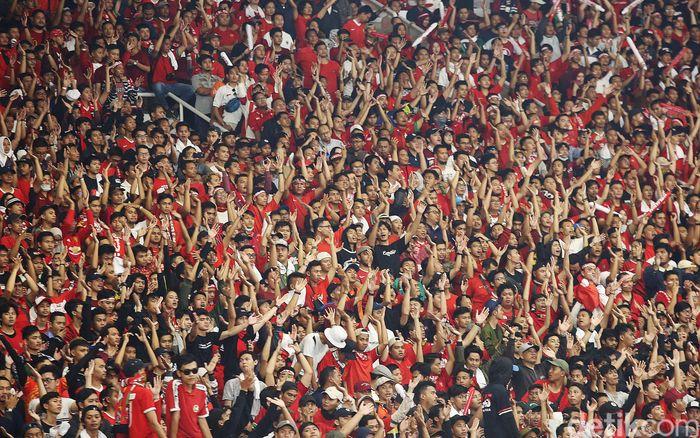 Pertandingan Timnas Indonesia dan Malaysia dalam Kualifikasi Piala Dunia 2022 sempat dihentikan sementara. Suporter tuan rumah berulah di tengah pertandingan yang berlangsung di Stadion Utama Gelora Bung Karno, Kamis (5/9/2019).