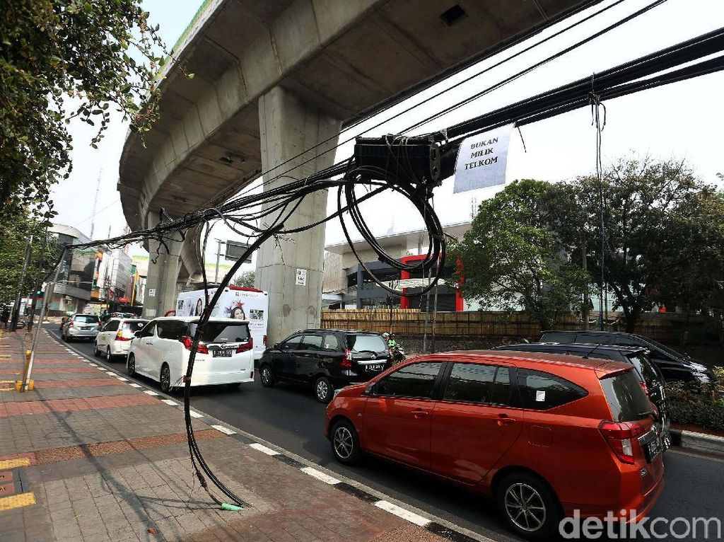 Aduh! Kabel Semrawut Ganggu Trotoar Jalan Lauser