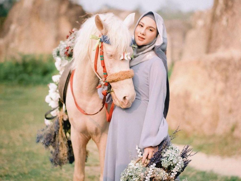 8 Gaya Irish Bella Bak Princess di Foto Hamil, Tampil Beda Pakai Hijab