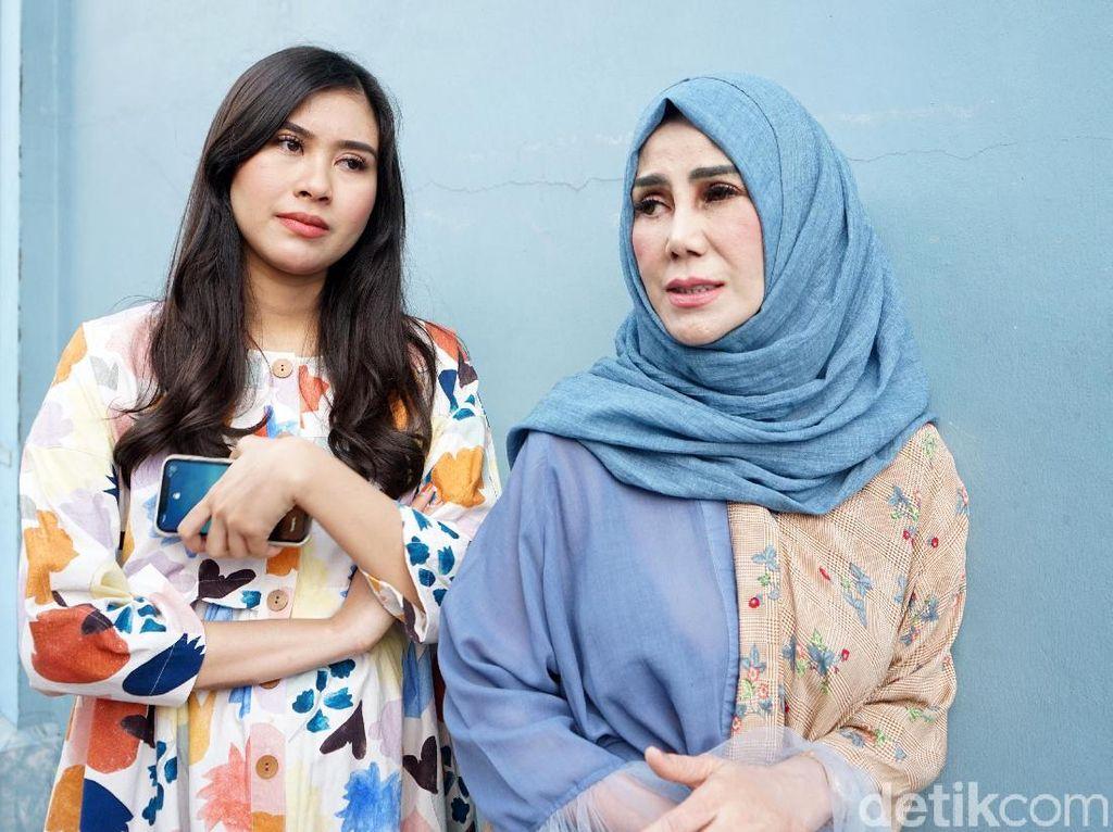 Raffi Beri Kado Tiket ke Italia untuk Mama Amy, Syahnaz Nangis