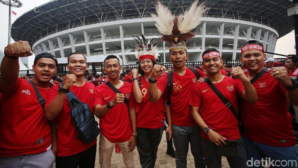 Suporter Timnas Indonesia Merahkan GBK