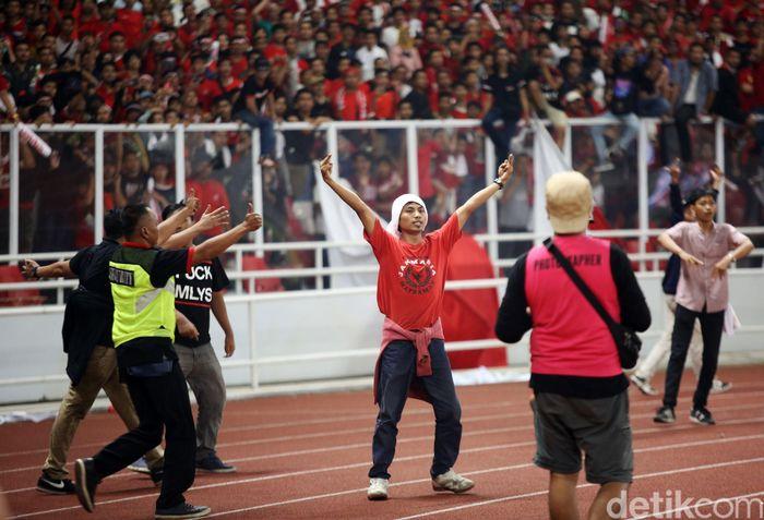 Suporter Indonesia berulah. Sementara Timnas Indonesia dikalahkan Malaysia.