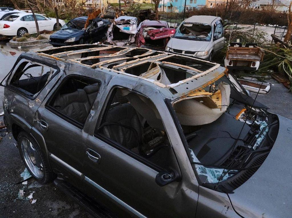 Deretan Mobil Rusak Jadi Saksi Keganasan Badai Dorian