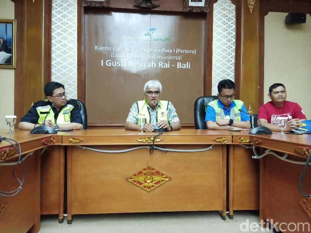 Petugas Investigasi Penyebab Kebakaran Bus di Bandara Ngurah Rai