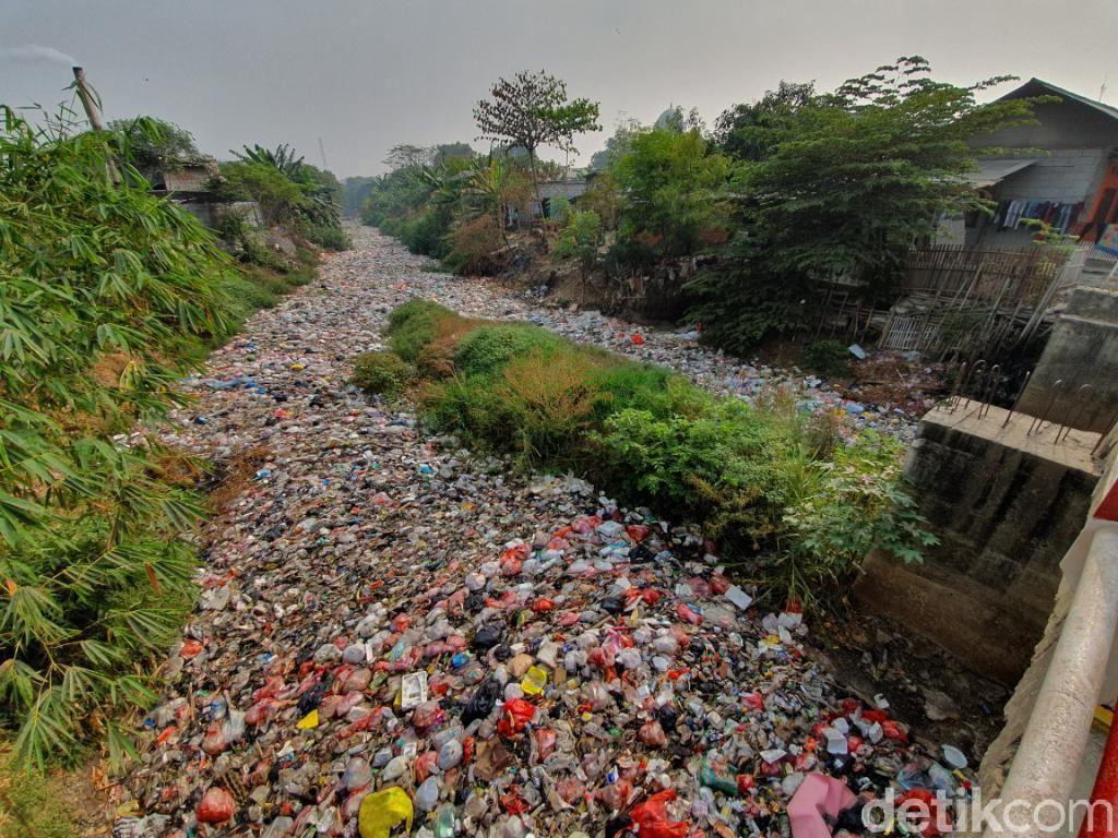 Menanti Pemkab Bekasi Bersihkan Lautan Sampah di Kali Jambe
