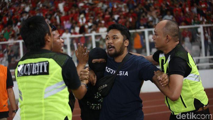 Suporter Indonesia ditangkap saat masuk ke lapangan (Agung Pambudhy/detikSport)
