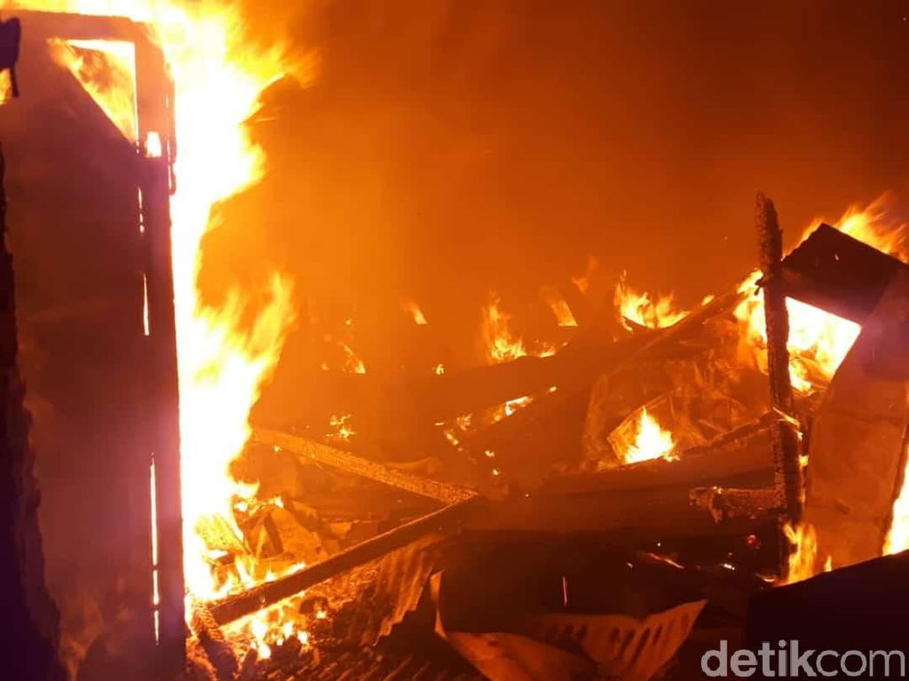 Pasar Sluke Rembang Terbakar, 70 Kios dan 6 Los Pedagang Ludes