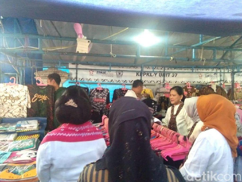 Iriana Beli Kaus Wayang di Malioboro untuk Jan Ethes: Bagus-bagus