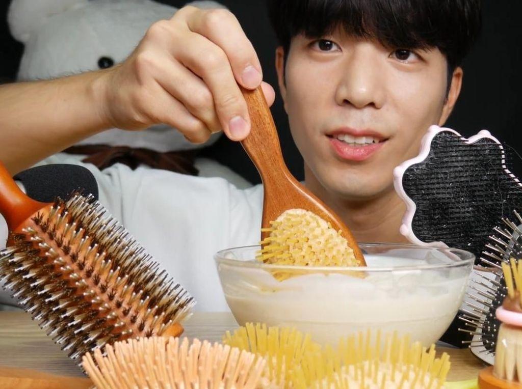 Gokil! Pria Korea Ini Rekam Aksinya Makan Sisir dan Spons Cuci Piring