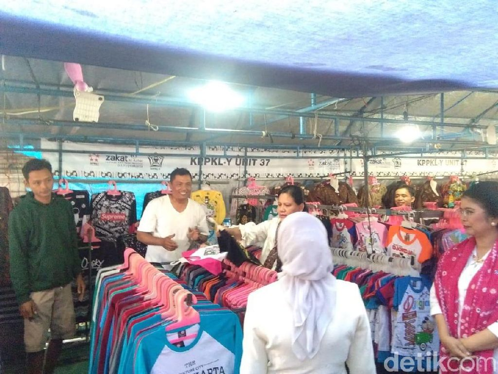 Momen Iriana dan Mufidah Kalla Blusukan Beli Kaus di PKL Malioboro