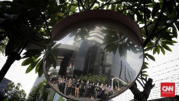 Wakil Ketua Komisi Pemberantasan Korupsi (KPK) Saut Situmorang bersama ratusan pegawai KPK menggelar aksi menolak revisi UU 30/2002 tentang Pemberantasan Tindak Pidana Korupsi (UU KPK). Aksi digelar di pelataran Gedung Merah Putih KPK, Kuningan, Jakarta Selatan, Jumat, 6 September 2019.