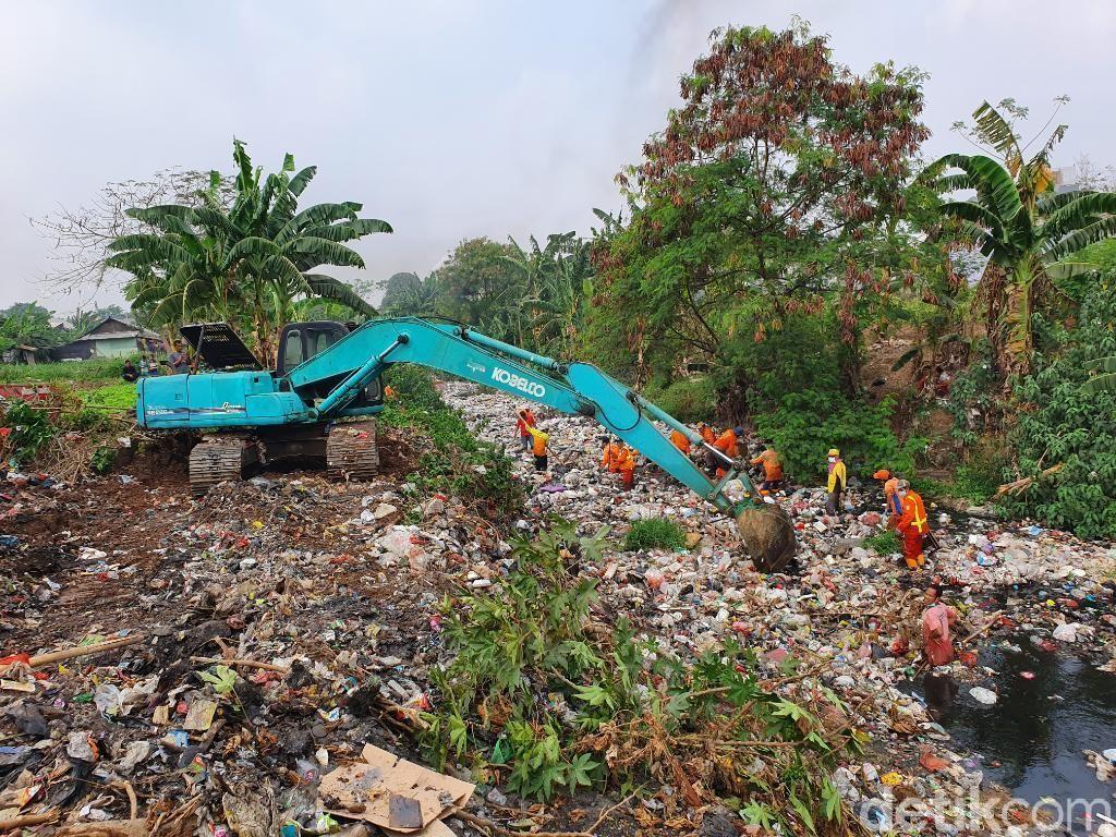Lautan Sampah Kali Jambe Bekasi Mulai Dibersihkan, Alat Berat Dikerahkan