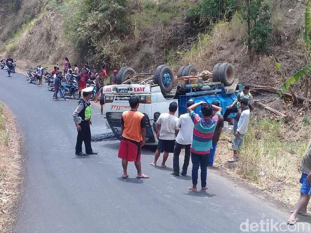 Tak Kuat Menanjak di Ponorogo, Dump Truk Muat Batako Terbalik