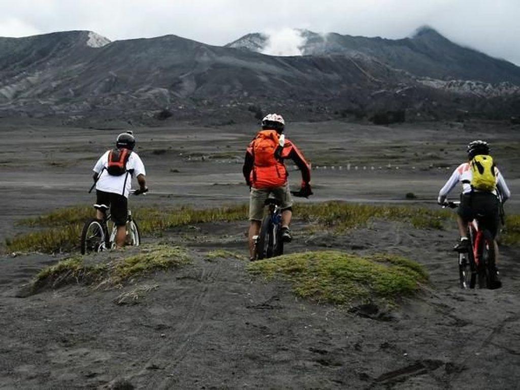 Menaklukkan Lautan Pasir Bromo Naik Sepeda