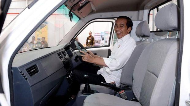Jokowi di dalam mobil Esemka
