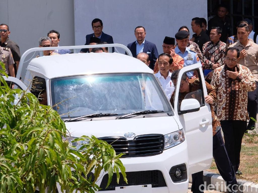 Disopiri Airlangga, Jokowi Jajal Mobil Pikap Esemka