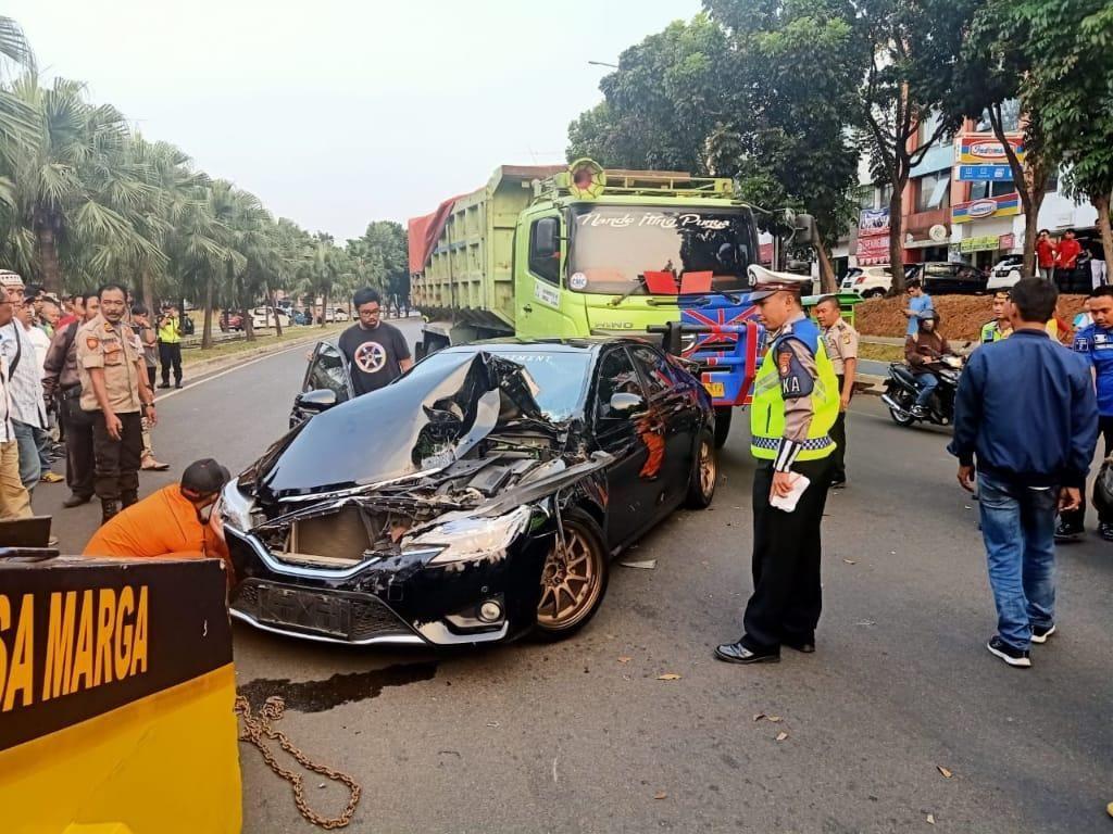 Rusak Parah Usai Ditabrak Truk di Bintaro, Kerugian Mobil Mark-X Rp 100 Juta
