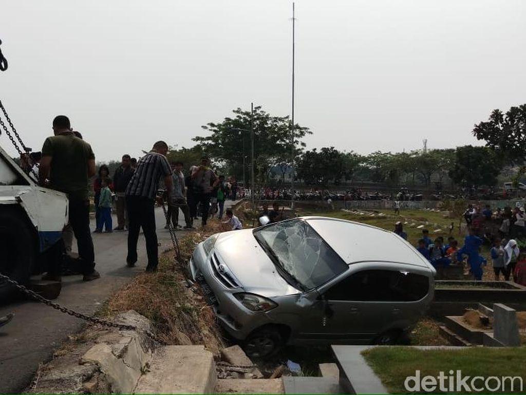 Penampakan Mobil Timpa Kuburan di TPU Tanah Kusir