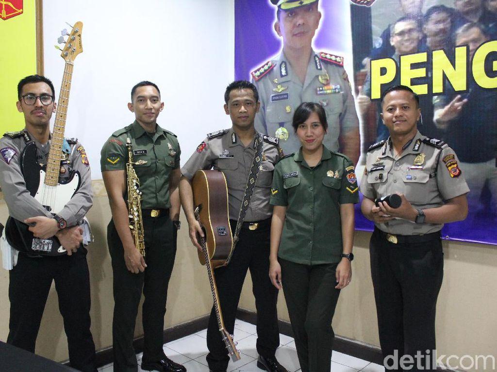 Berkenalan dengan Duakatakustik, Band TNI-Polri Asal Bandung