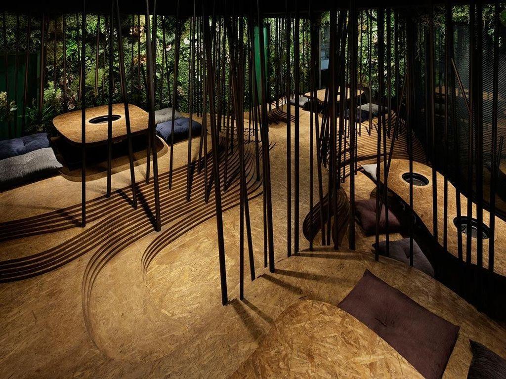 Pemandangan Keren di Restoran yang Memiliki Hutan dan Gua di Dalamnya