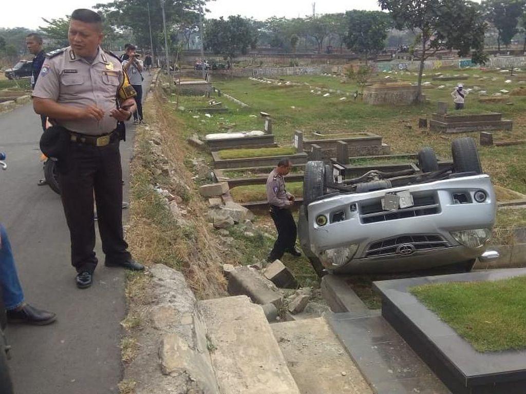 Manuver Terlalu Minggir, Mobil Timpa Makam Tanah Kusir